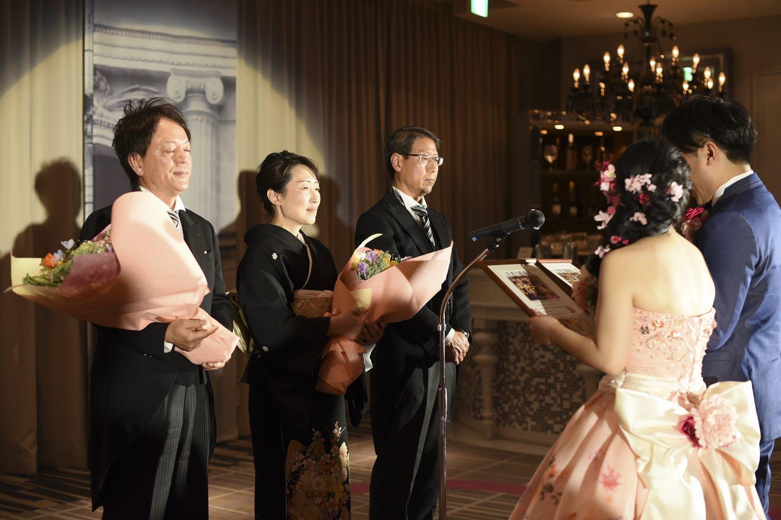 徳島市の結婚式場ブランアンジュでご両親に記念品と花束の贈呈