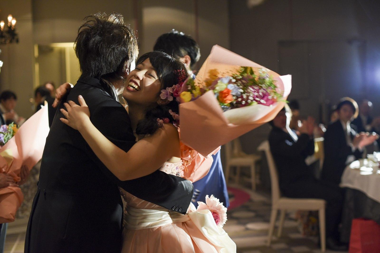 徳島市の結婚式場ブランアンジュでお父様にハグする新婦