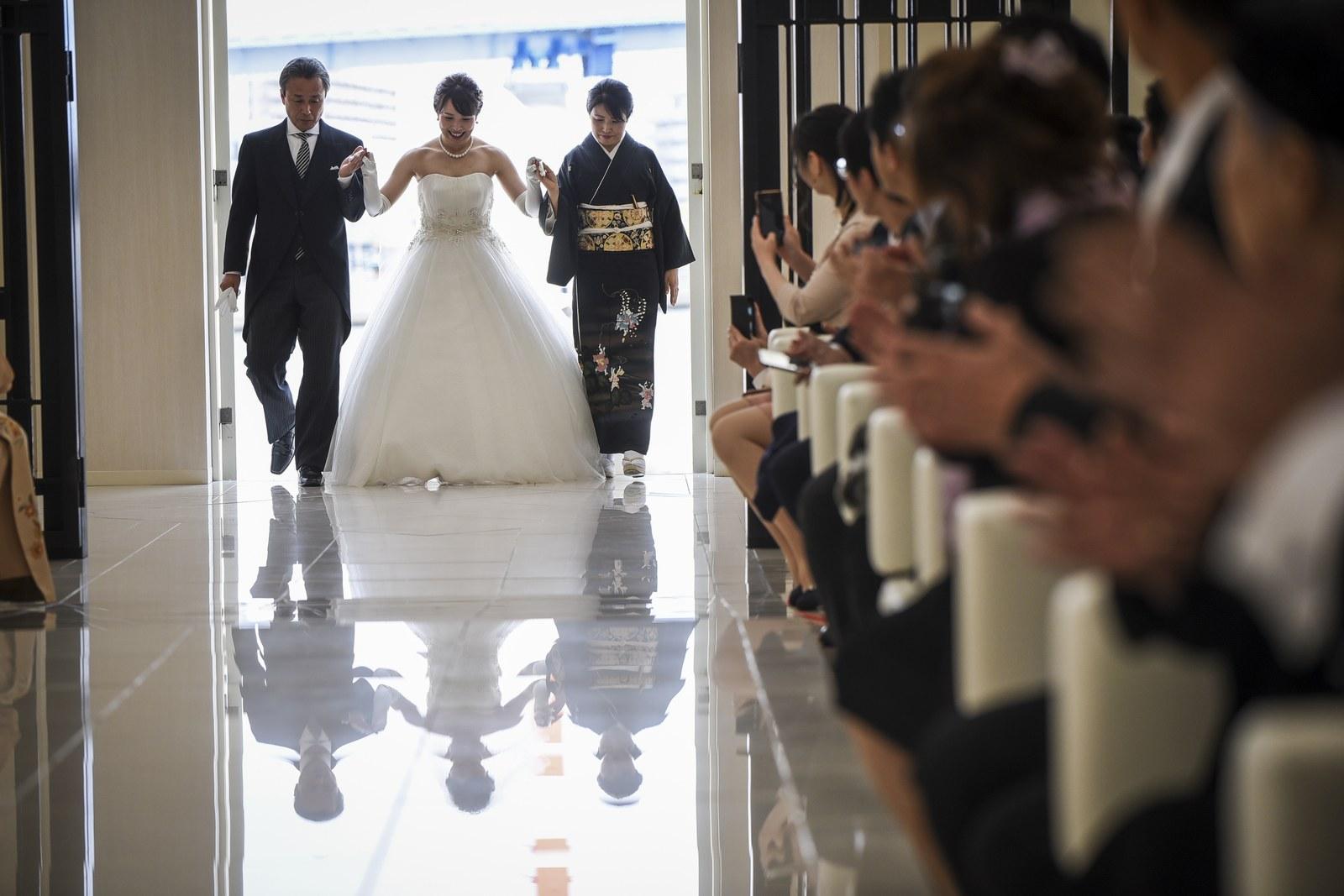 徳島市の結婚式場ブランアンジュで新婦様とご両親様との感動的なチャペル入場シーン