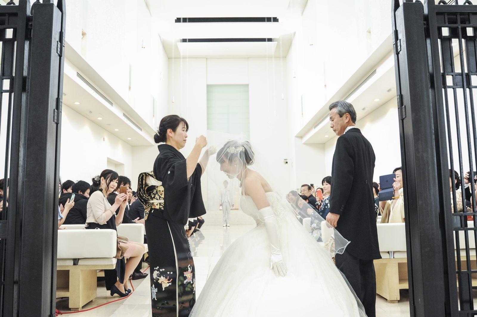 徳島市の結婚式場ブランアンジュで新婦母より新婦様へのベールダウン
