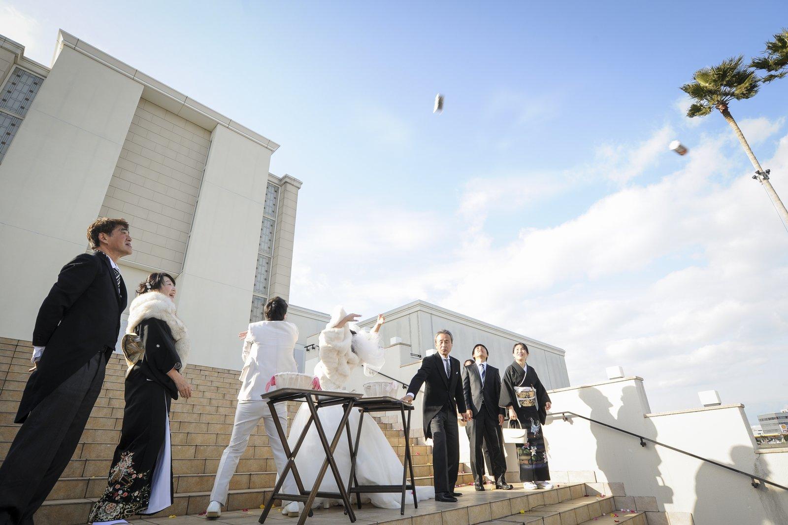 徳島市の結婚式場ブランアンジュで挙式後の大階段でゲスト参加で行う福巻きセレモニー