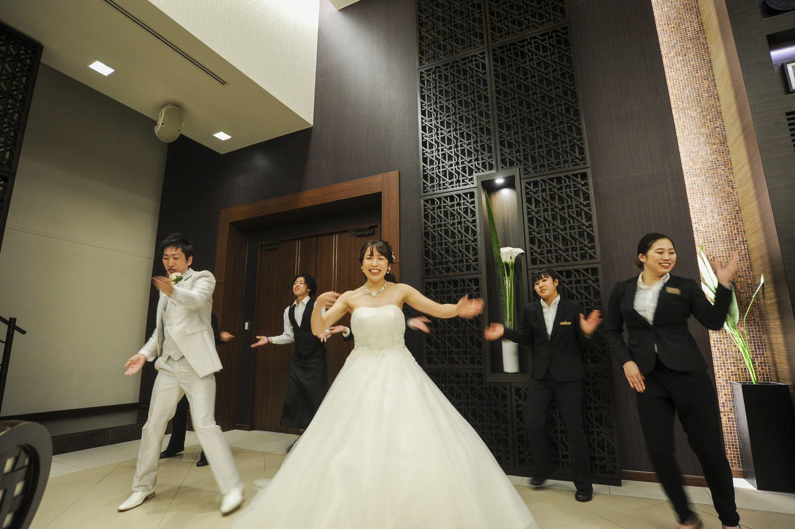 徳島市の結婚式場ブランアンジュで披露宴で新郎新婦様も一緒にフラッシュモブのサプライズスタート