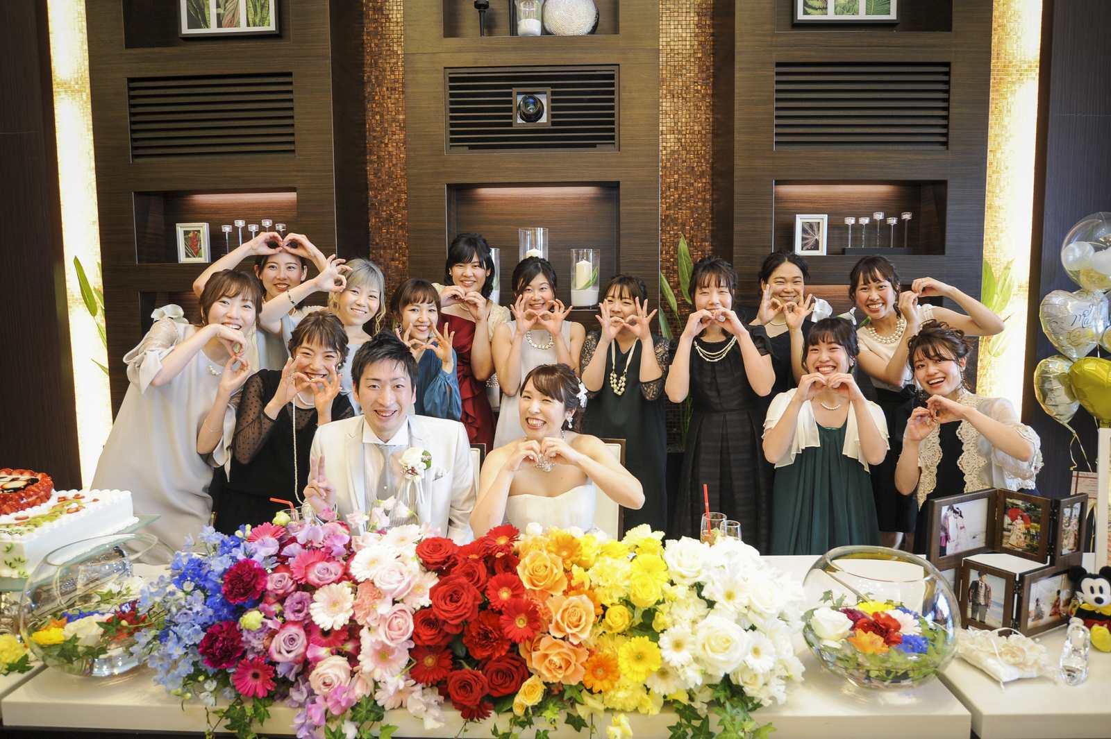 徳島市の結婚式場ブランアンジュで披露宴で新郎新婦様とゲストとの記念写真