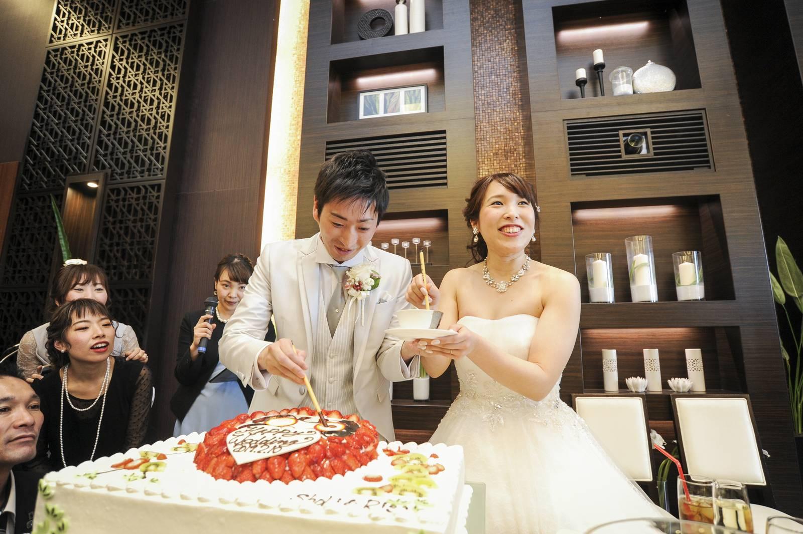 徳島市の結婚式場ブランアンジュで披露宴で新郎新婦様のこだわりのつまったウエディングケーキ