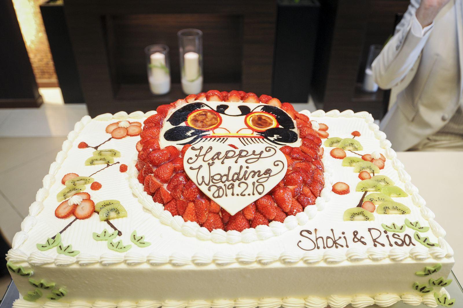 徳島市の結婚式場ブランアンジュで披露宴で新郎新婦様のこだわりの苺のだるまウエディングケーキ