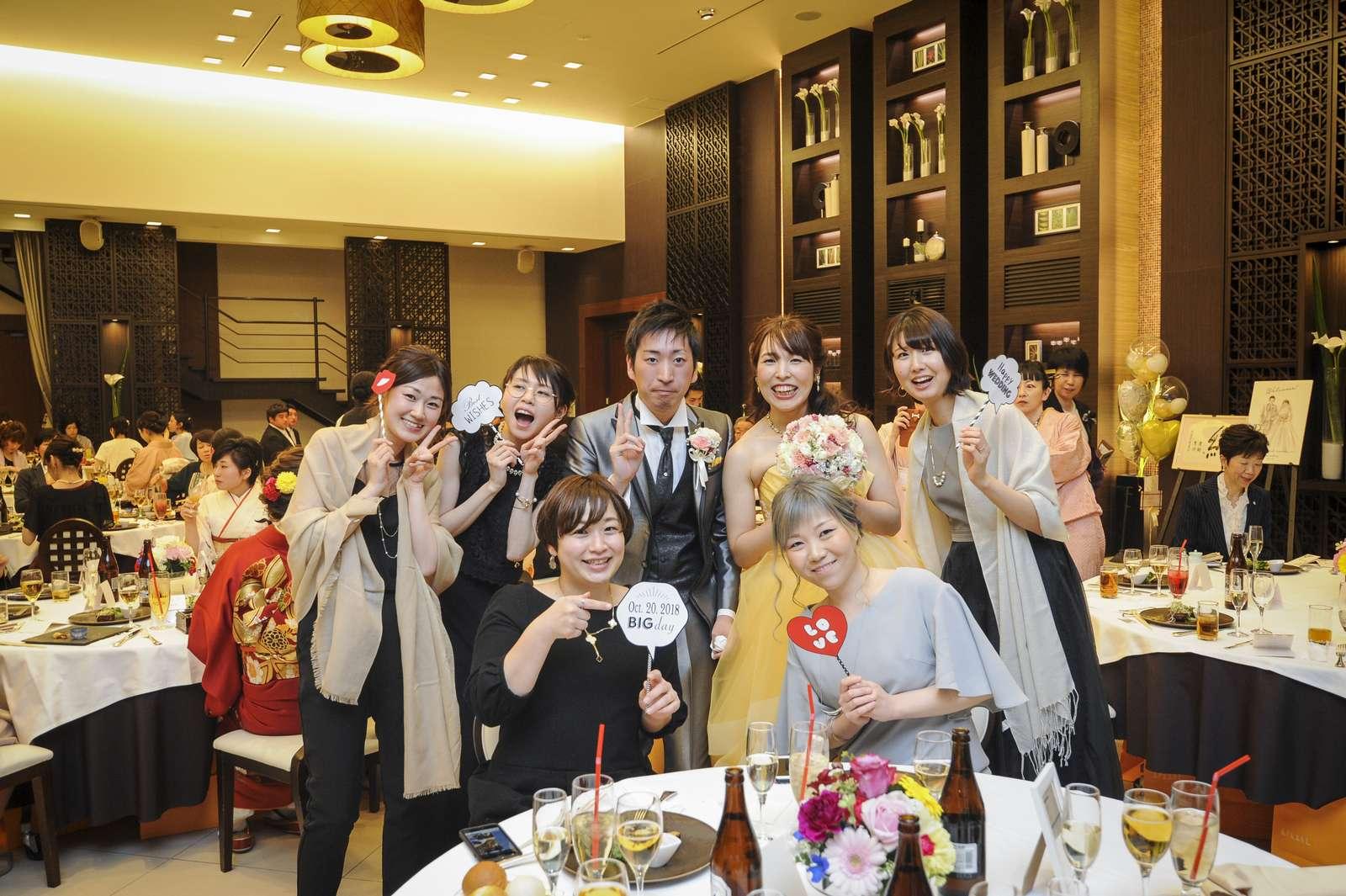 徳島市の結婚式場ブランアンジュで披露宴で新郎新婦様とゲストとの仲良し写真