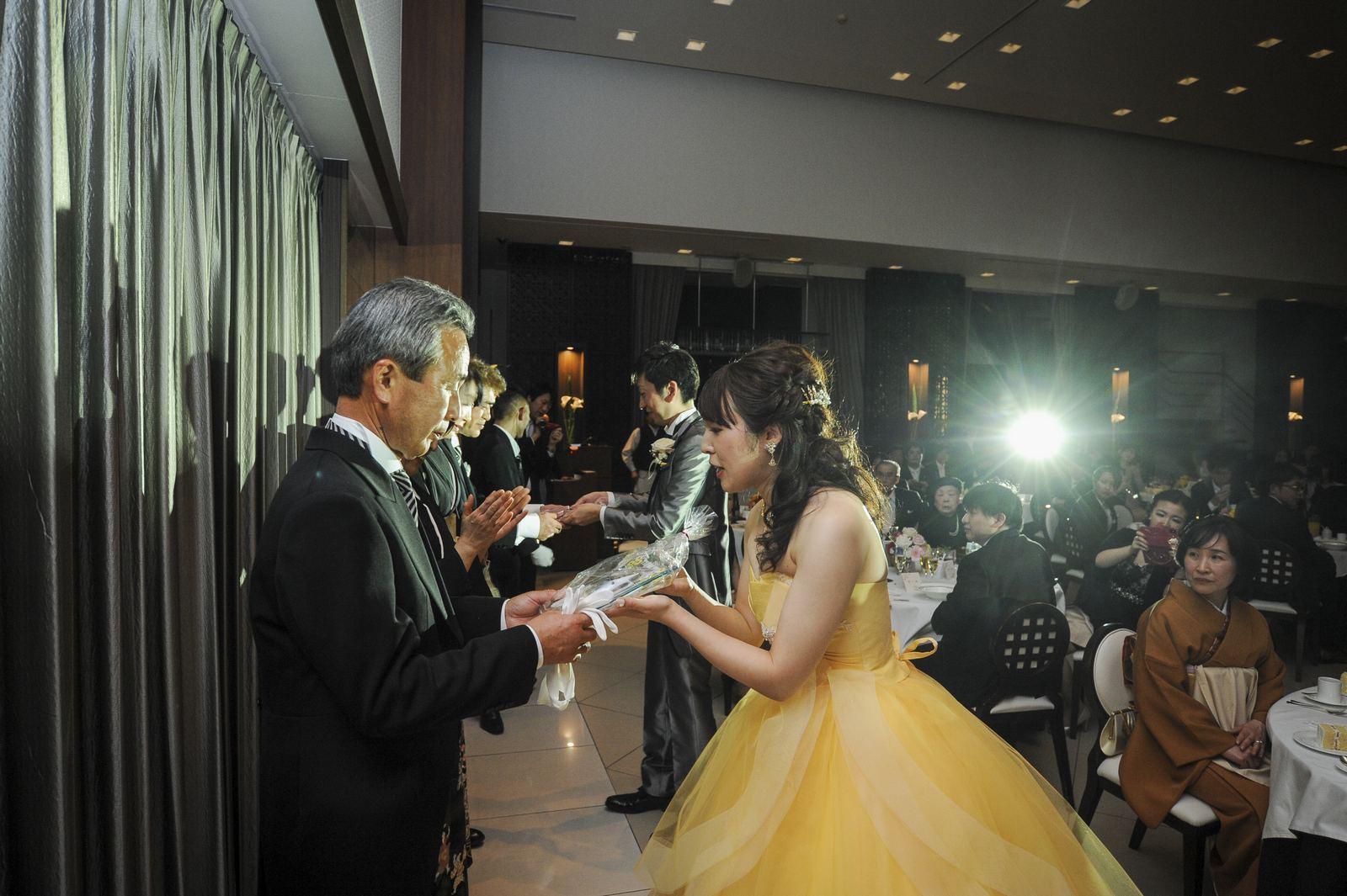 徳島市の結婚式場ブランアンジュで披露宴で新郎新婦様からご両親様への感謝感動のシーン