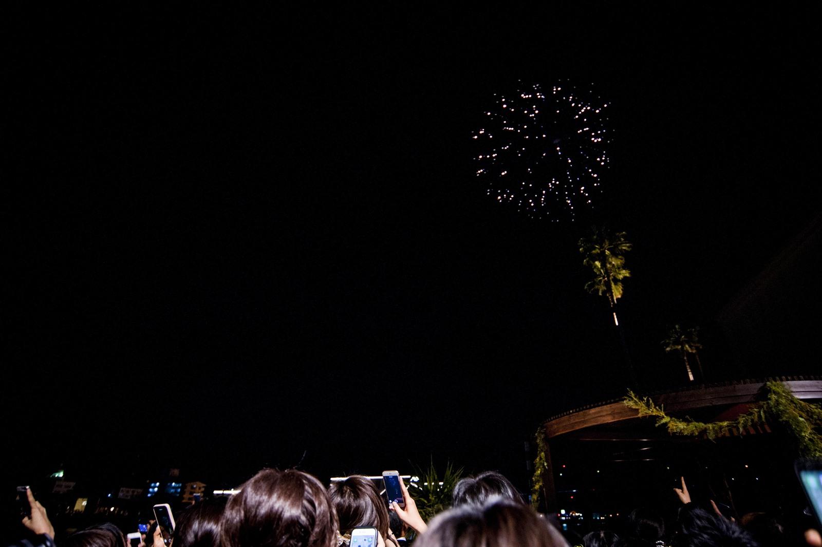 徳島市の結婚式場ブランアンジュで披露宴で新郎新婦様からゲストにむけたサプライズ打上花火