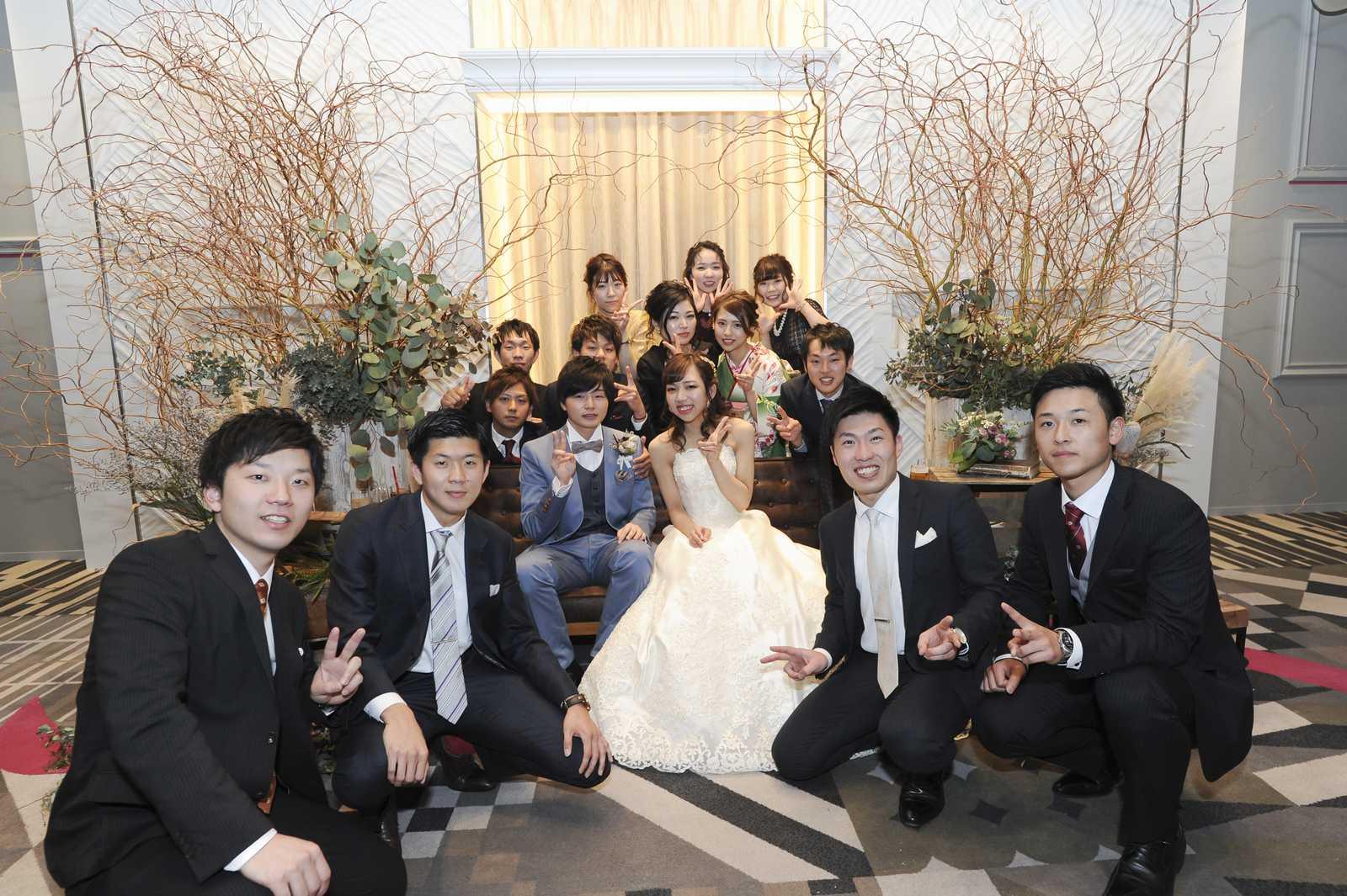徳島市の結婚式場ブランアンジュのソファー席での記念フォトは大切なウェディングの思い出に