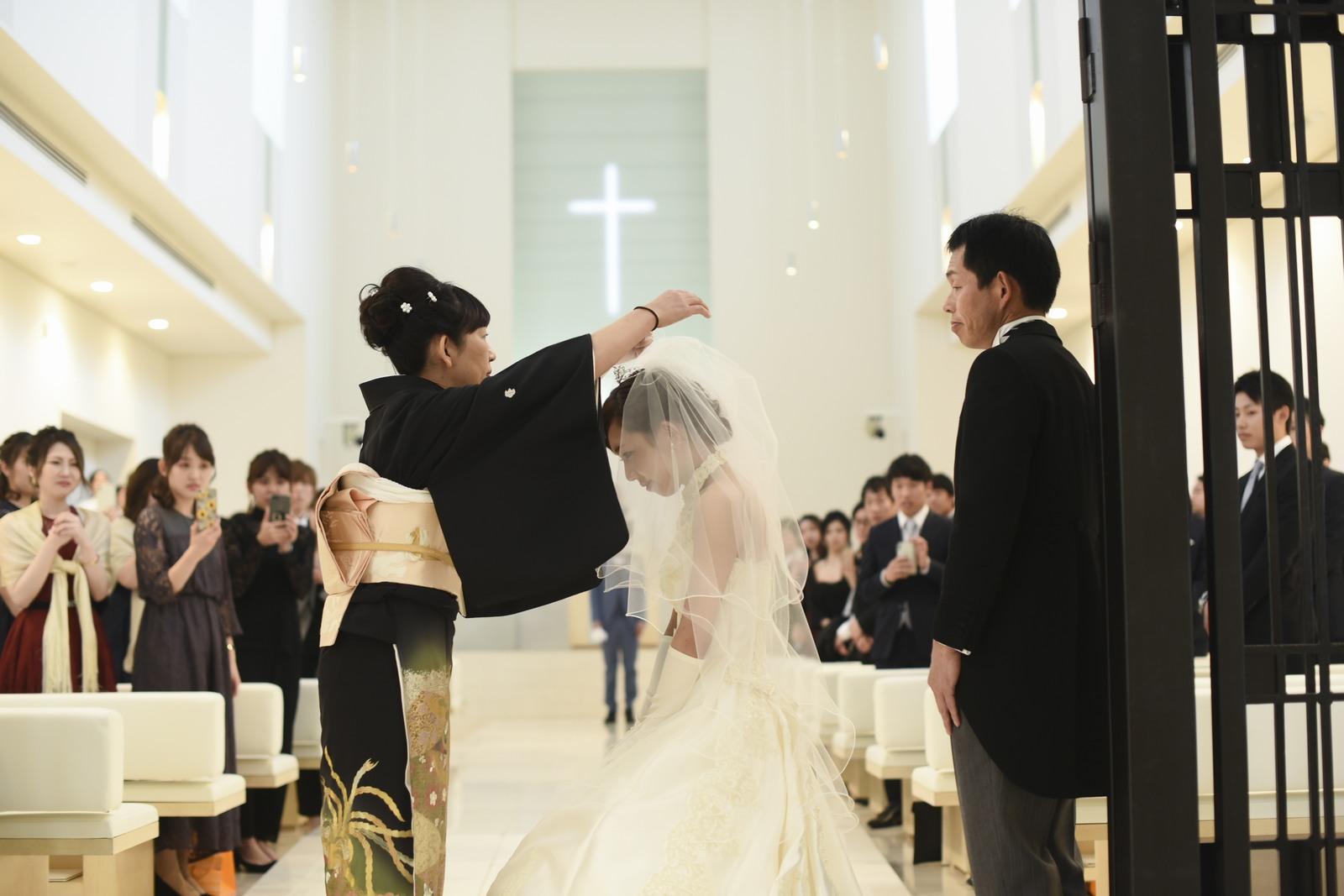 徳島市の結婚式場ブランアンジュでのセレモニーでお母さまとの最後のベールダウンセレモニー