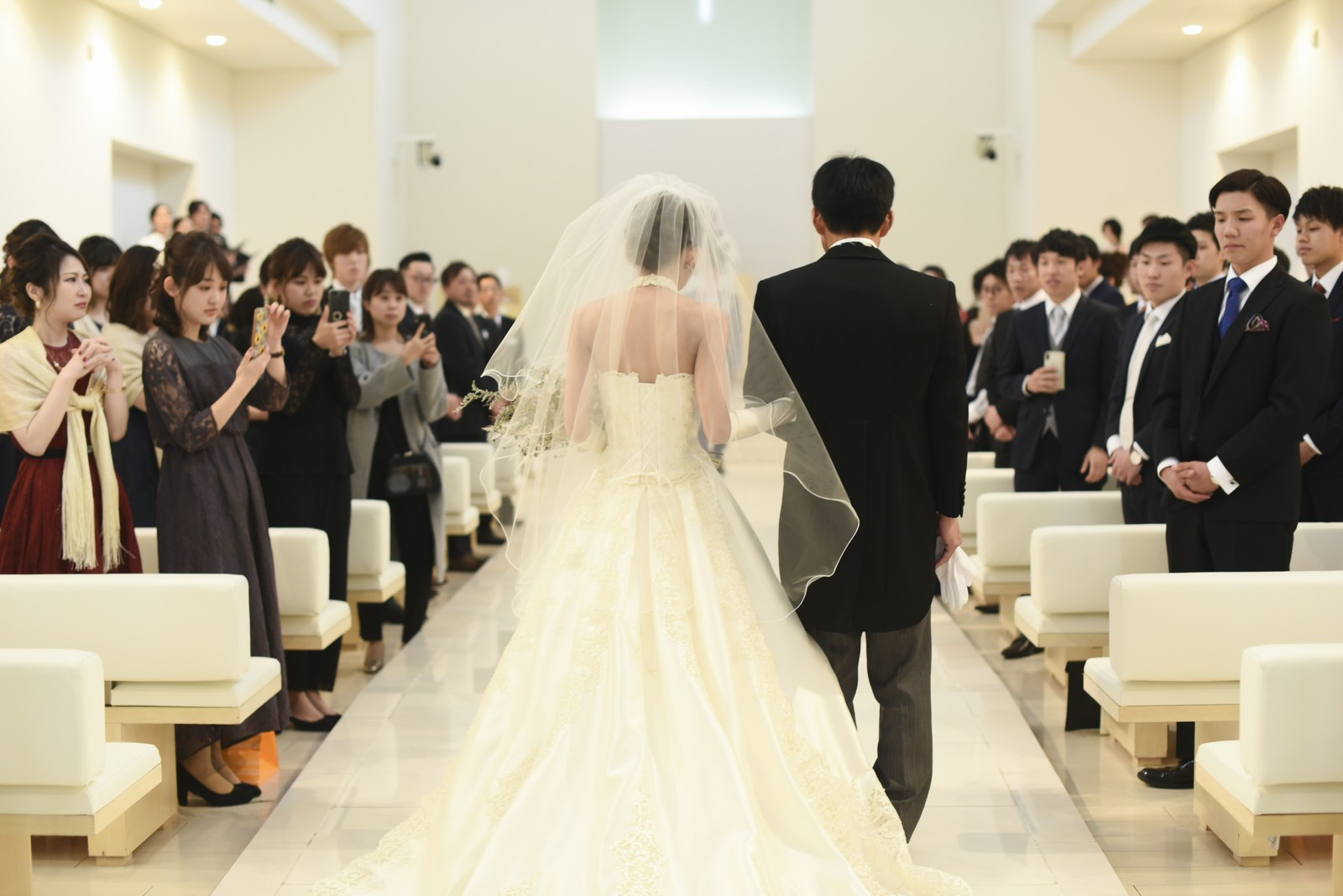 徳島市の結婚式場ブランアンジュのチャペルをご両親と歩くバージンロード