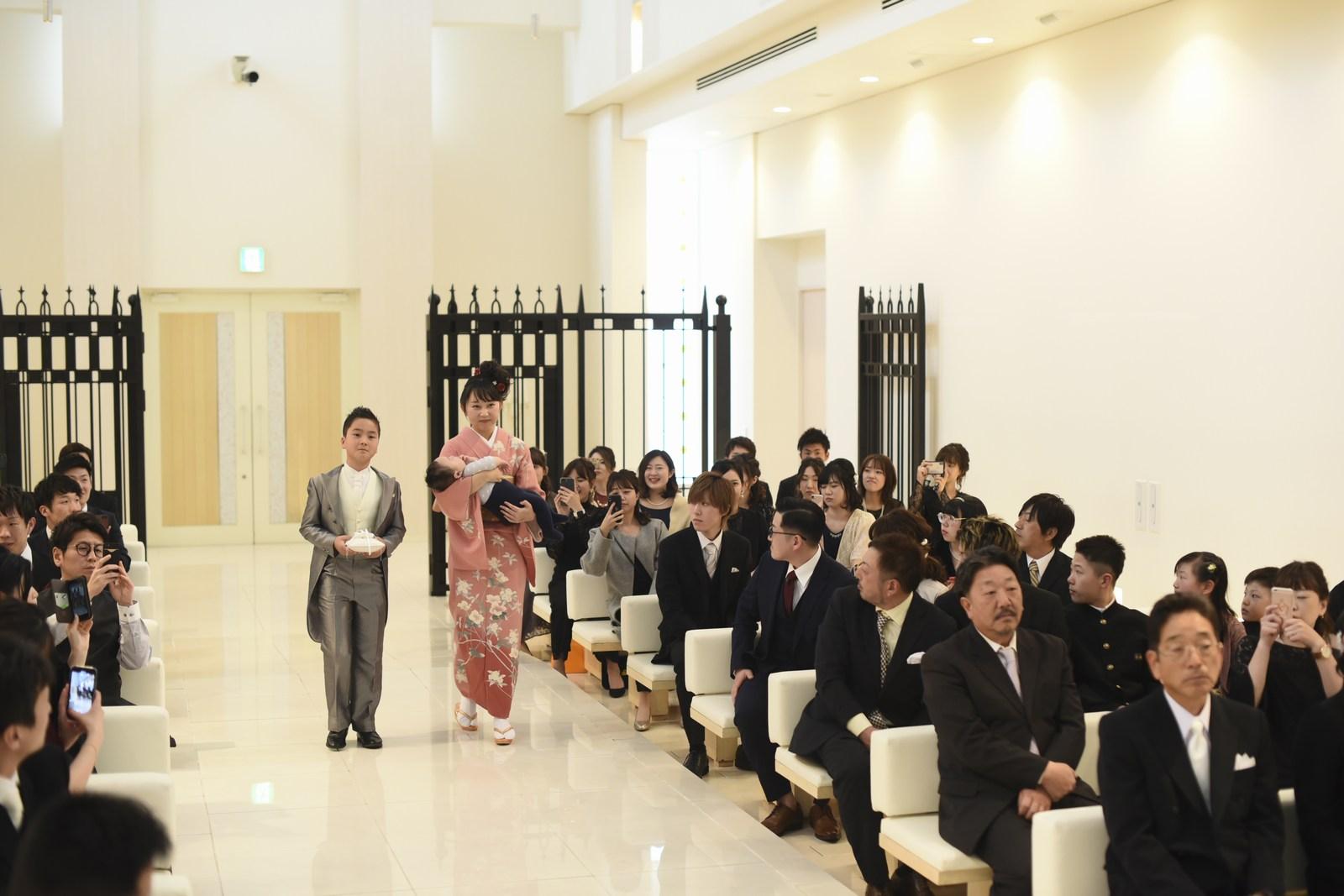 徳島市の結婚式場ブランアンジュのセレモニーでご兄弟がウェディングリングを運ぶお手伝い