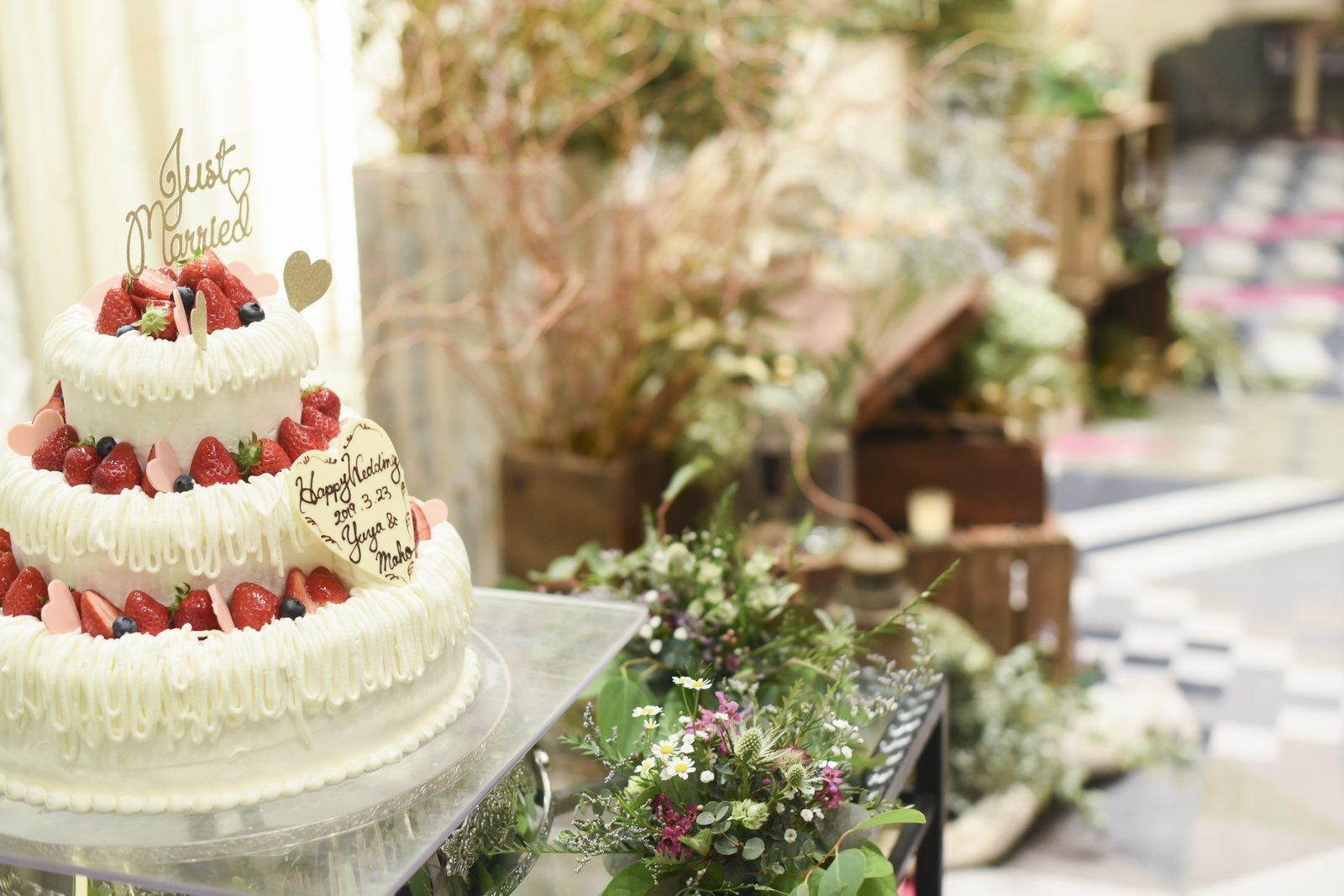 徳島市の結婚式場ブランアンジュのウェディングケーキの装飾もグリーンナチュラルに