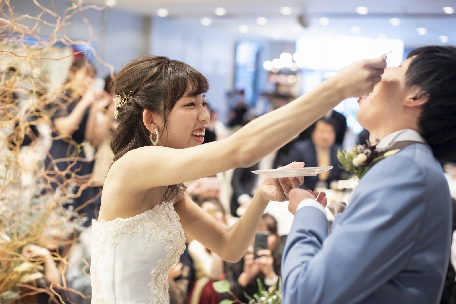 徳島市の結婚式場ブランアンジュでのファーストバイトは新郎様への愛情の表現
