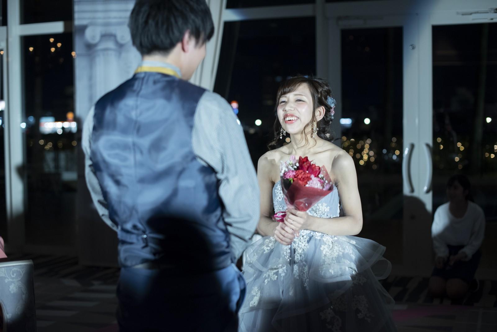 徳島市の結婚式場ブランアンジュの新郎様へのサプライズの花束のプレゼント