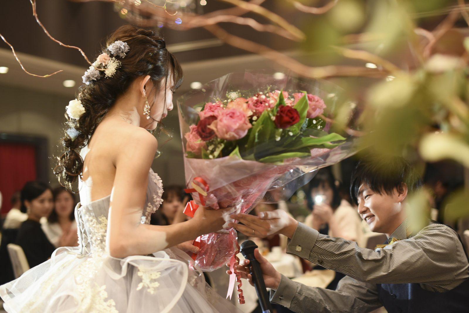 徳島市の結婚式場ブランアンジュの新婦様への逆サプライズでの花束プレゼント