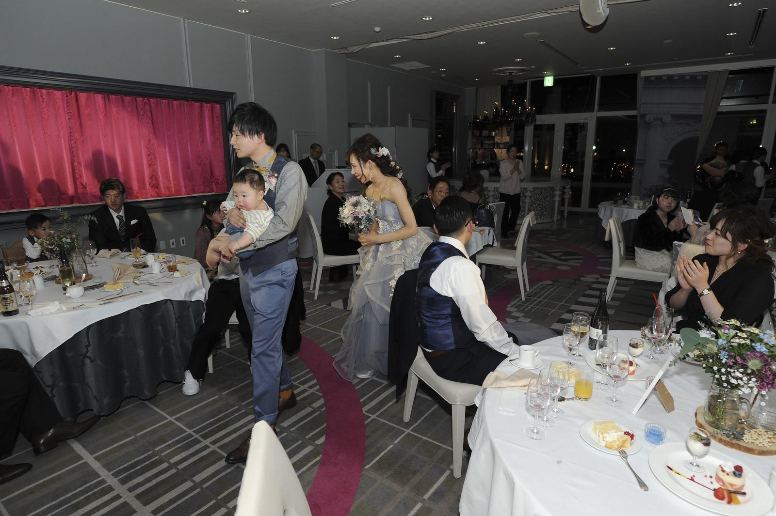 徳島市の結婚式場ブランアンジュでのゲストに挨拶をしながら伝える感謝のご挨拶