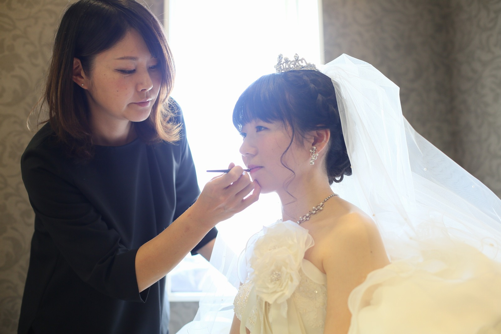徳島市の結婚式場ブランアンジュで挙式前の花嫁メイクのワンシーン