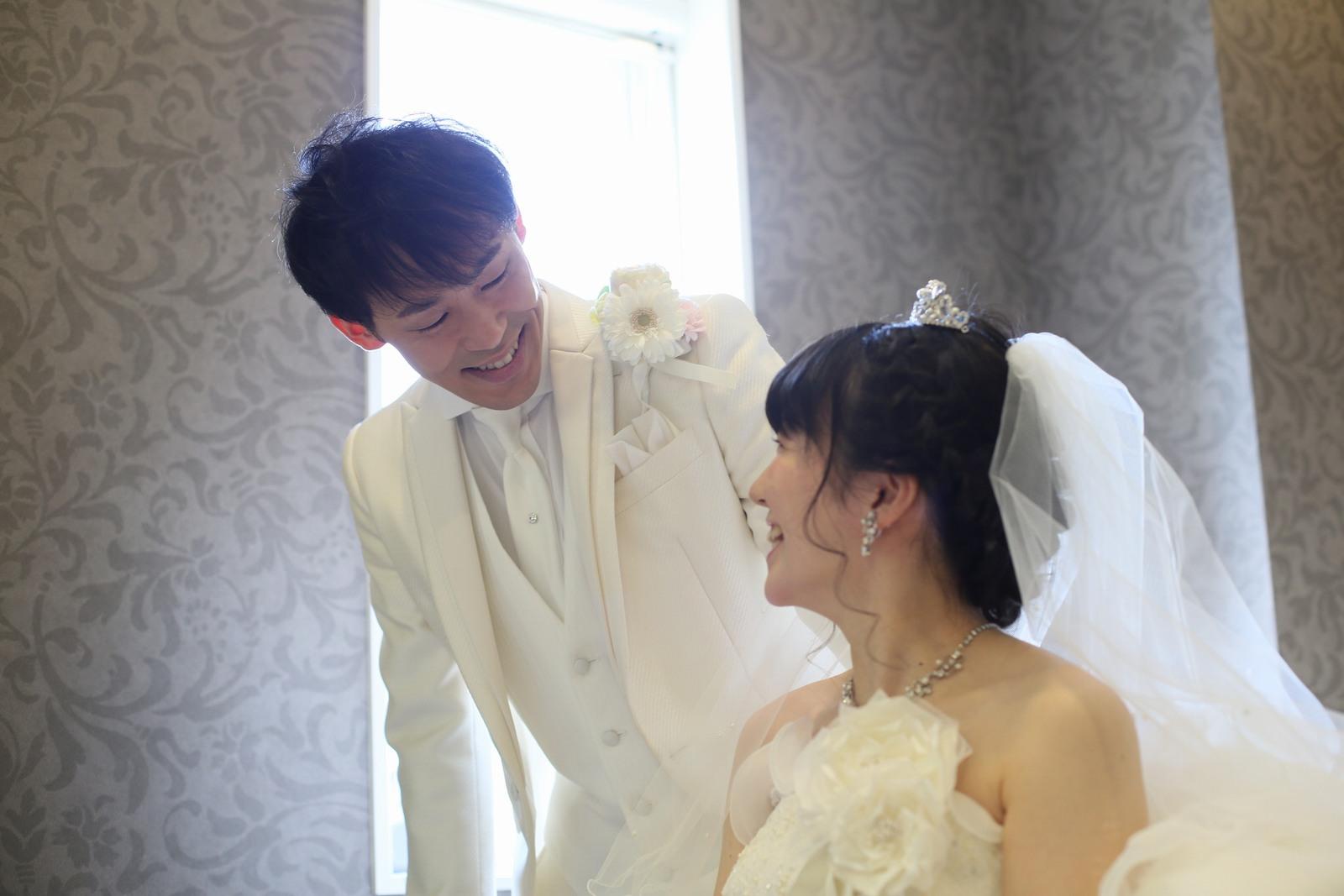 徳島市の結婚式場ブランアンジュで新郎新婦様の挙式前のリラックスシーン
