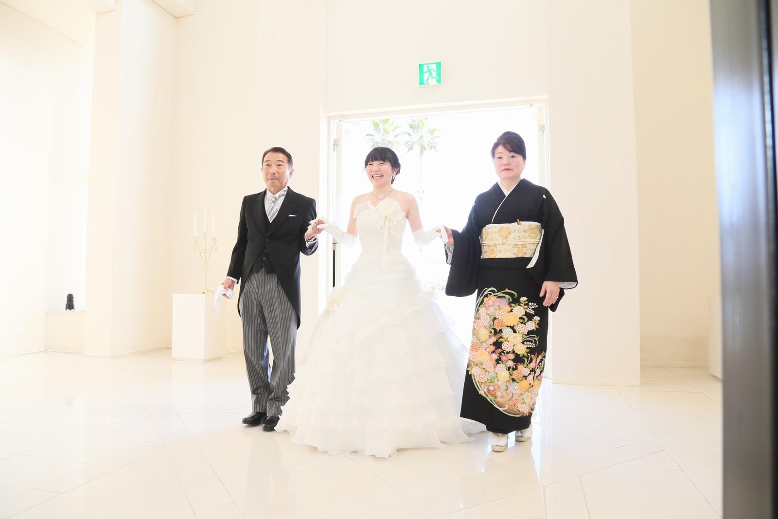 徳島市の結婚式場ブランアンジュで新婦様とご両親との感動のチャペル入場シーン