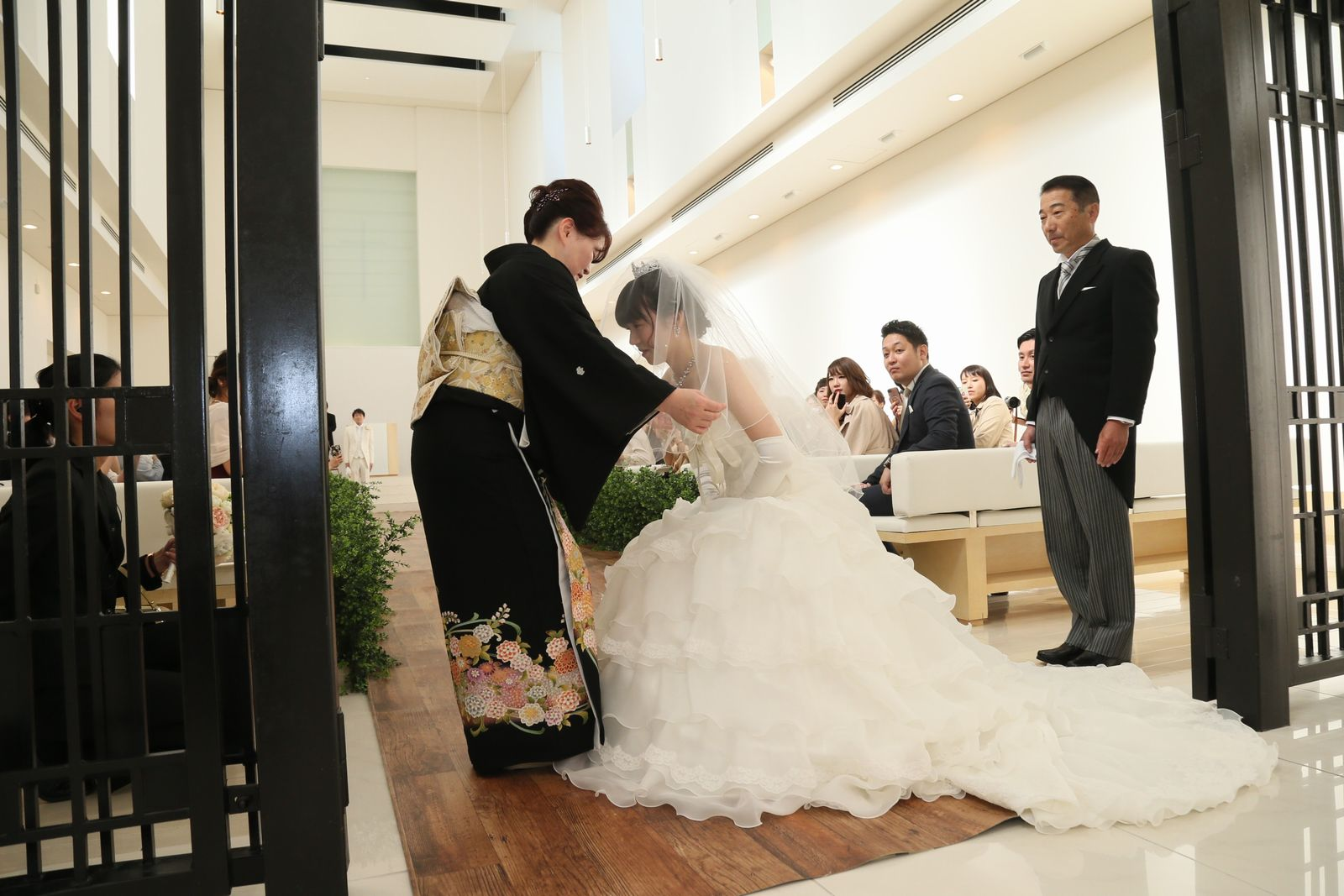 徳島市の結婚式場ブランアンジュで新婦母から新婦様へのベールダウン
