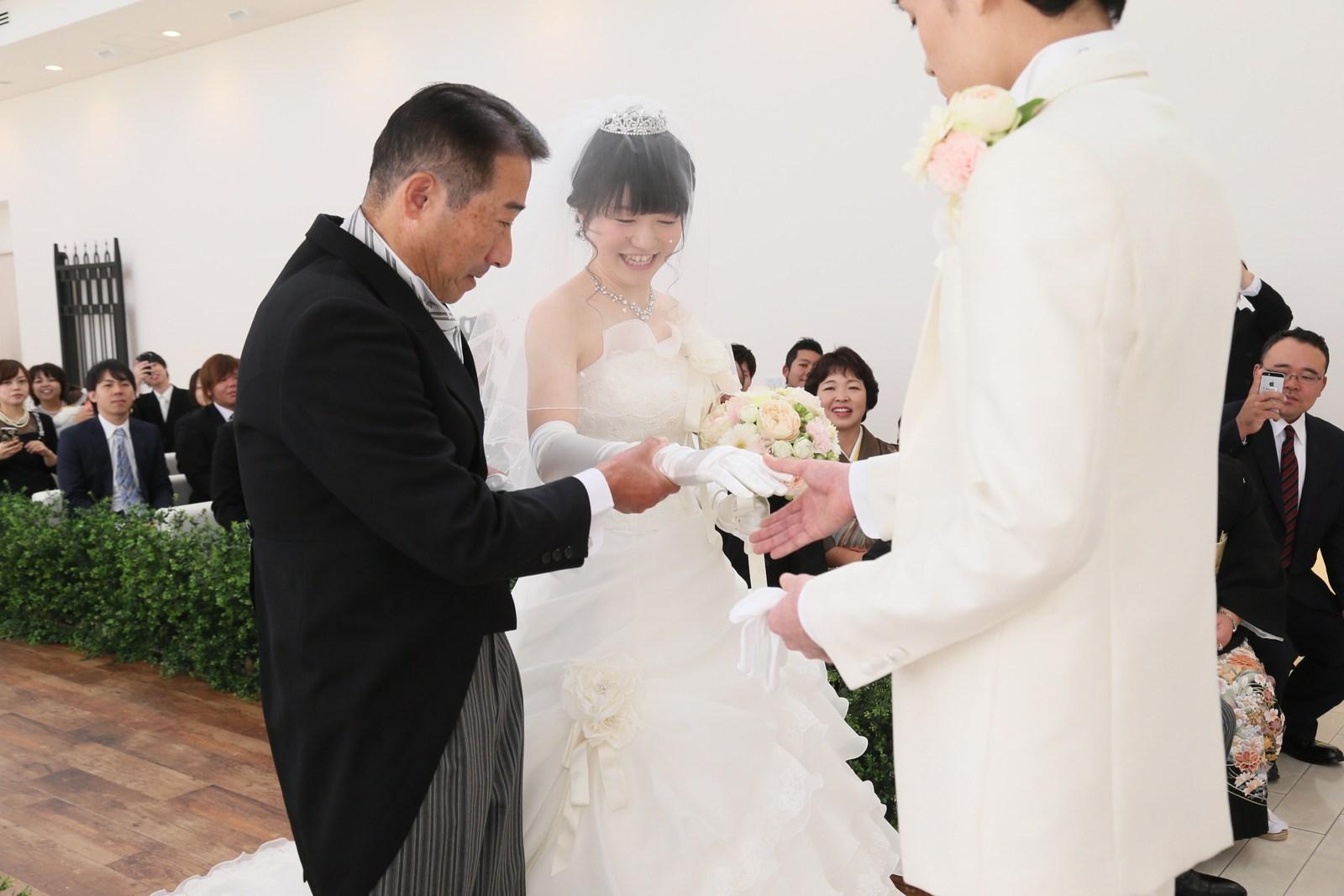 徳島市の結婚式場ブランアンジュでチャペル式にて新婦父から新郎様へのバトンタッチ