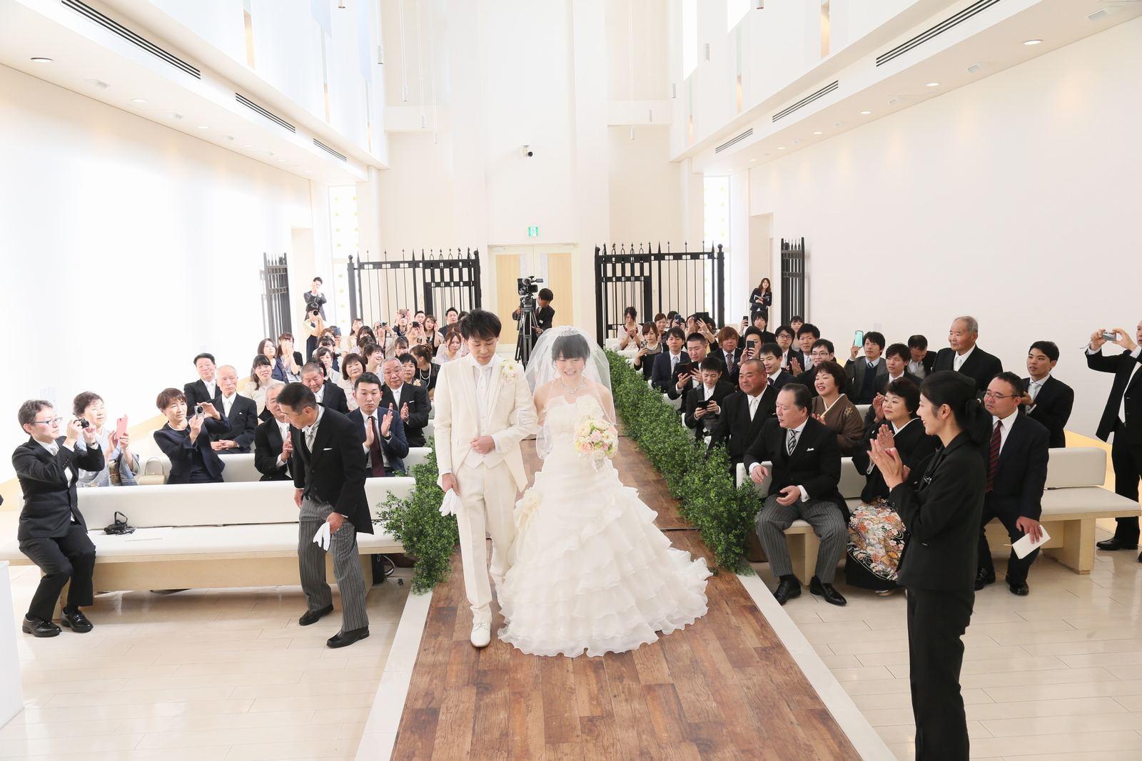徳島市の結婚式場ブランアンジュで木目のバージンロードでの感動チャペル結婚式