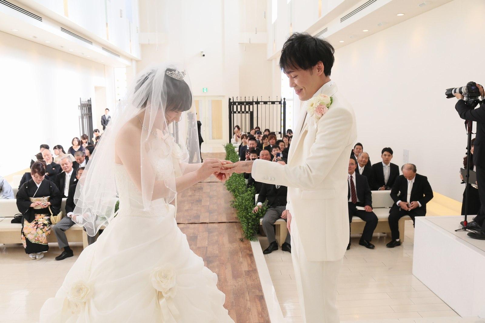 徳島市の結婚式場ブランアンジュで新郎新婦様の感動的な誓いと指輪交換