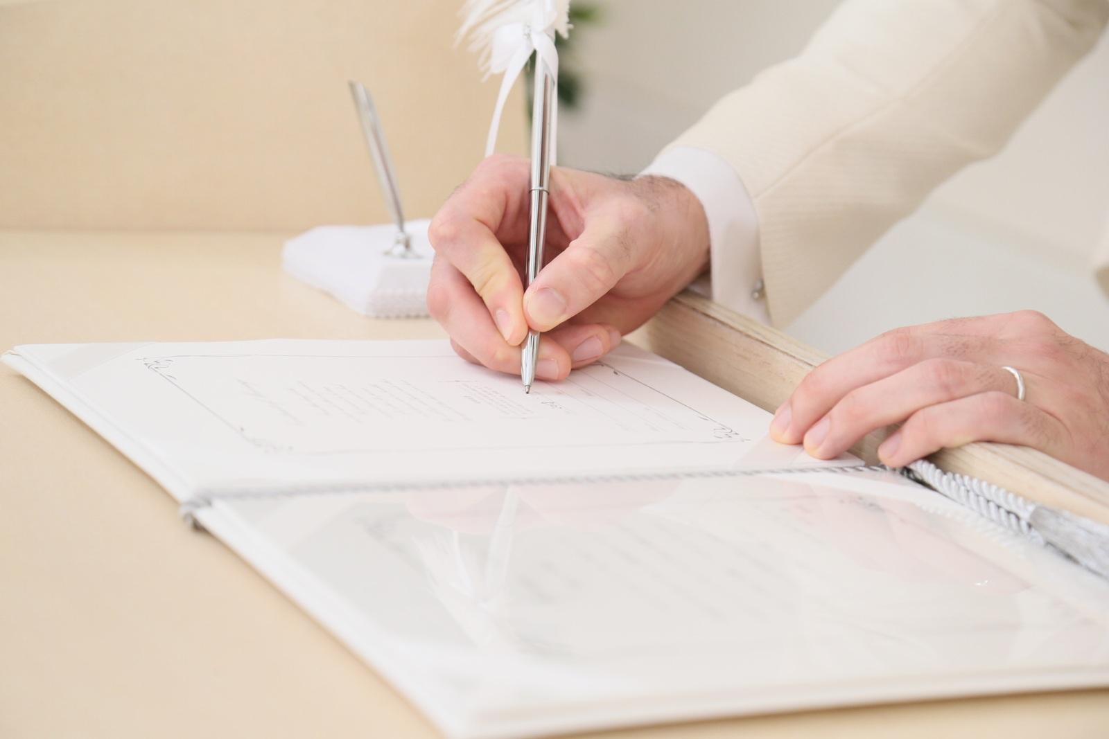 徳島市の結婚式場ブランアンジュでチャペル内での新郎新婦様自筆で結婚証明書へのサイン