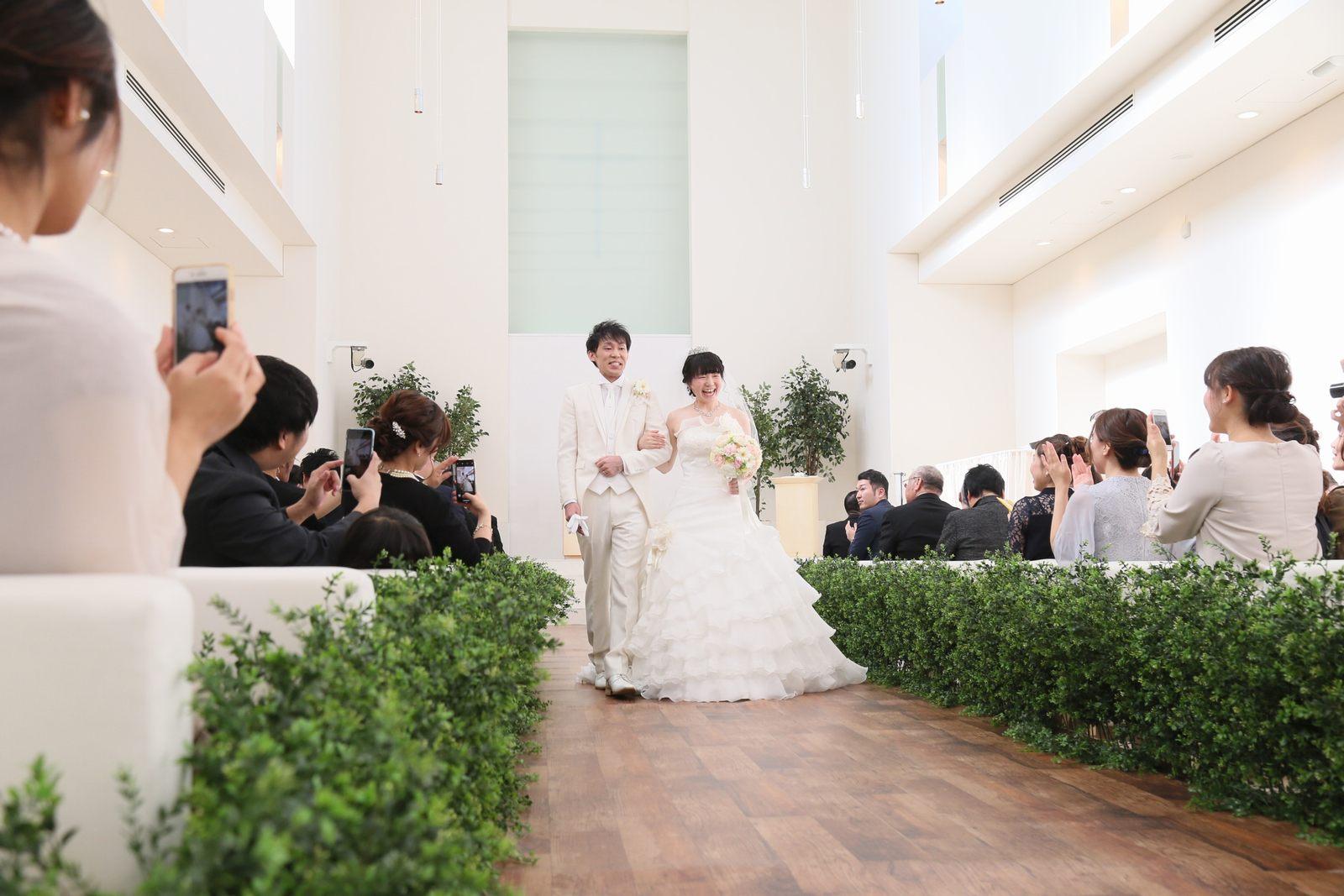 徳島市の結婚式場ブランアンジュでチャペル挙式での拍手いっぱいの新郎新婦様の退場