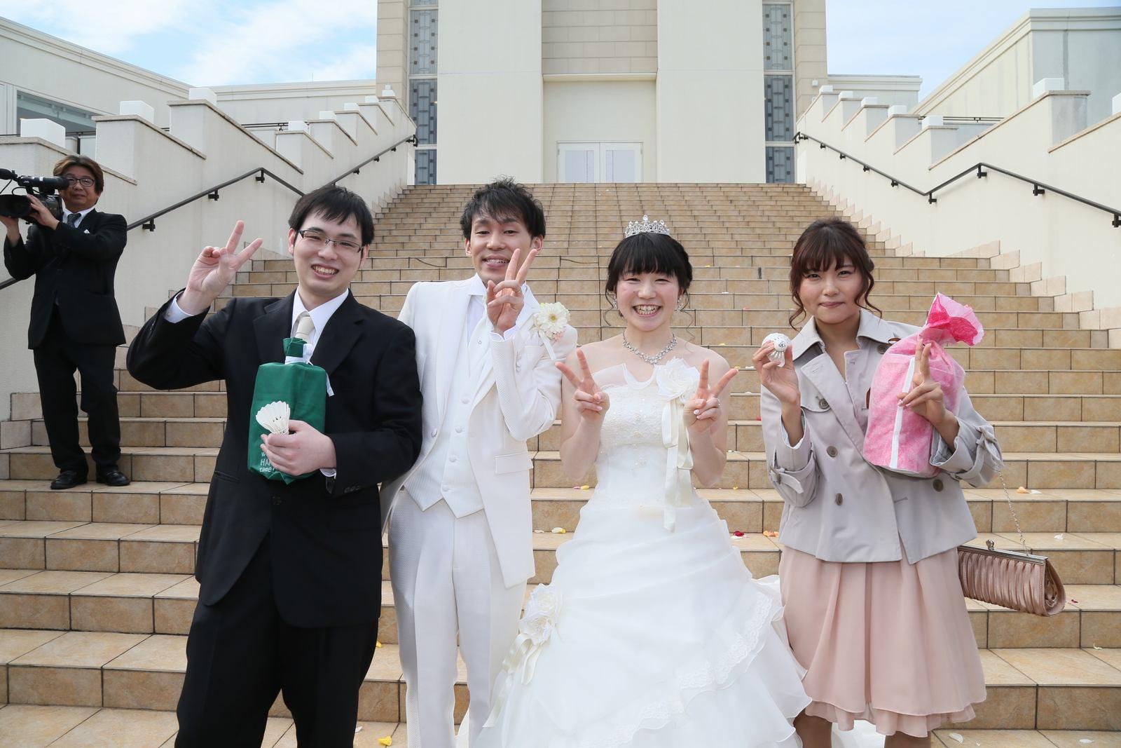徳島市の結婚式場ブランアンジュで大階段をバックに新郎新婦様との記念写真