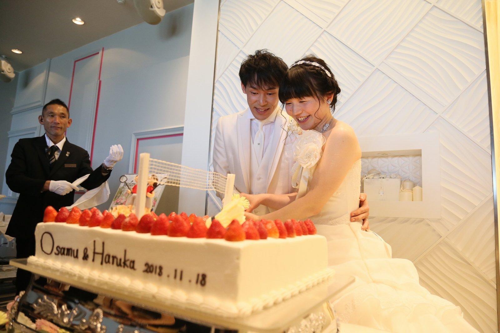 徳島市の結婚式場ブランアンジュで披露宴での新郎新婦様のウエディングケーキ入刀シーン