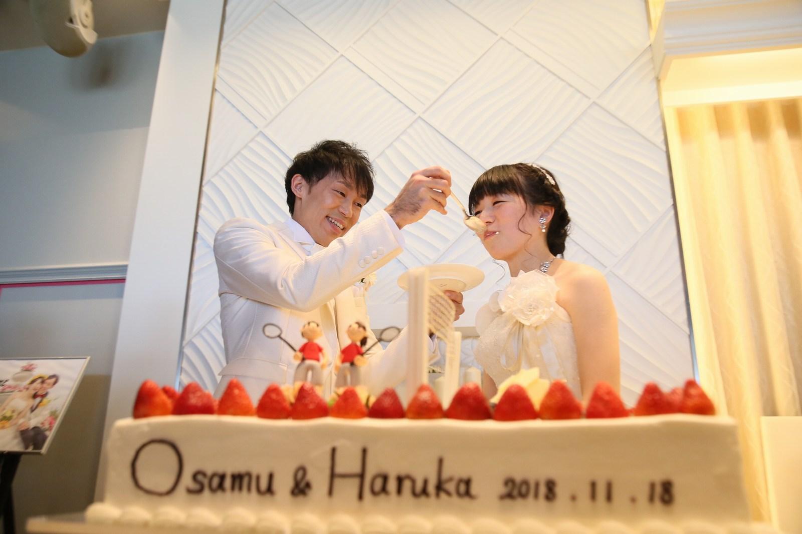 徳島市の結婚式場ブランアンジュで披露宴での新郎新婦様のウエディングケーキ入刀後にファーストバイト
