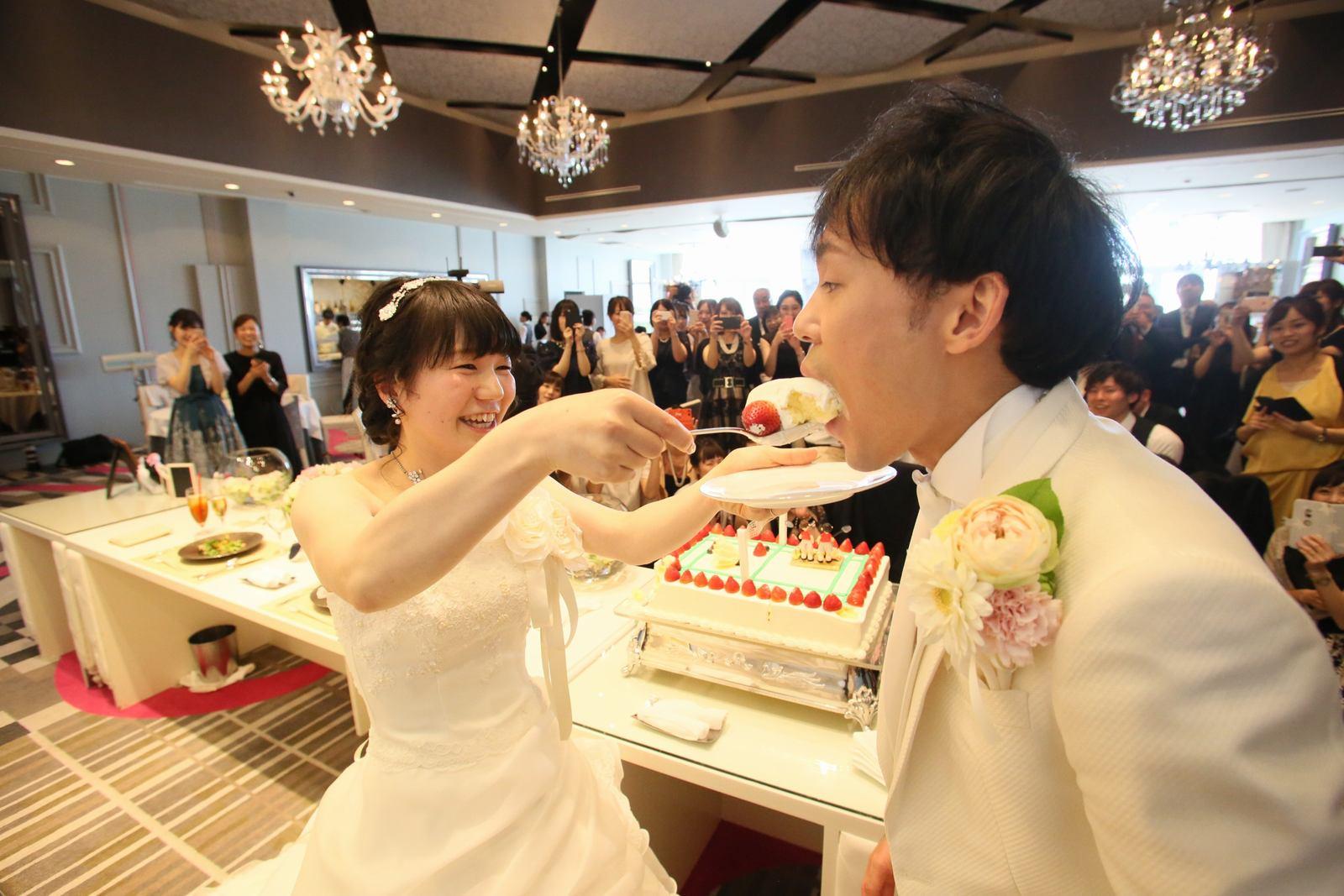 徳島市の結婚式場ブランアンジュで披露宴でのウエディングケーキ入刀後からのファーストバイト