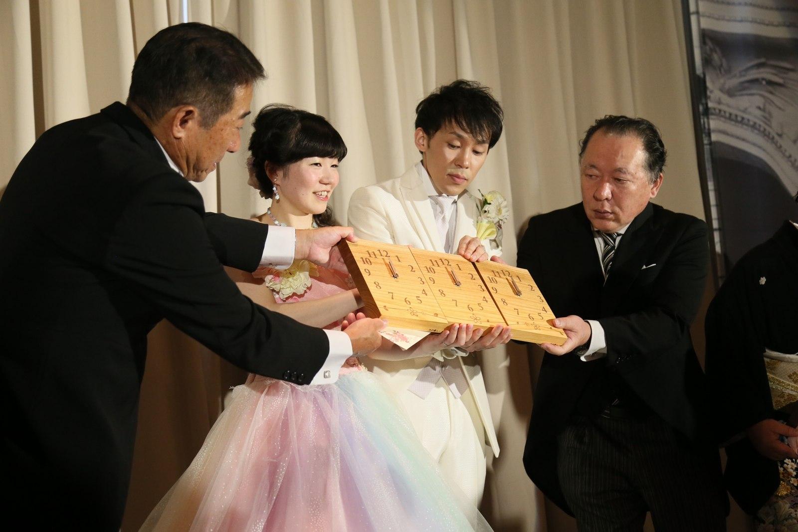 徳島市の結婚式場ブランアンジュで披露宴での新郎新婦様からご両親様へ三連時計のプレゼント