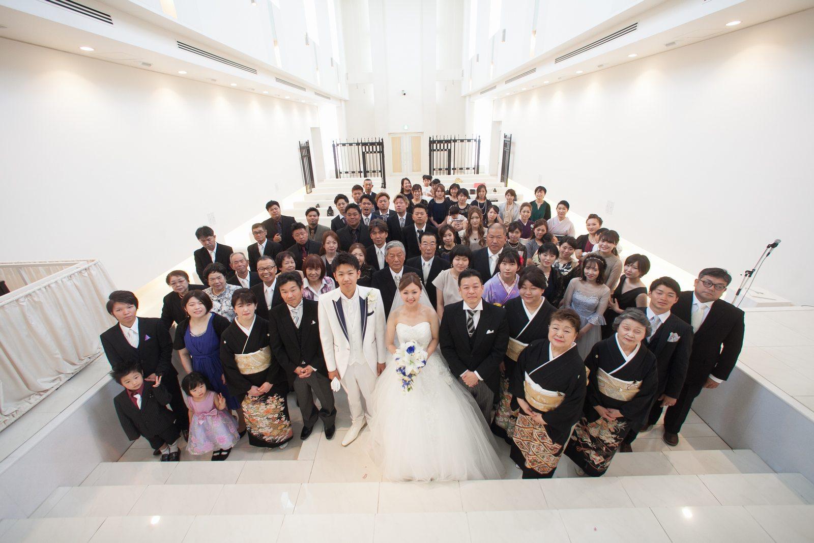 徳島市の結婚式場ブランアンジュでチャペル内での新郎新婦とゲスト全員による記念写真
