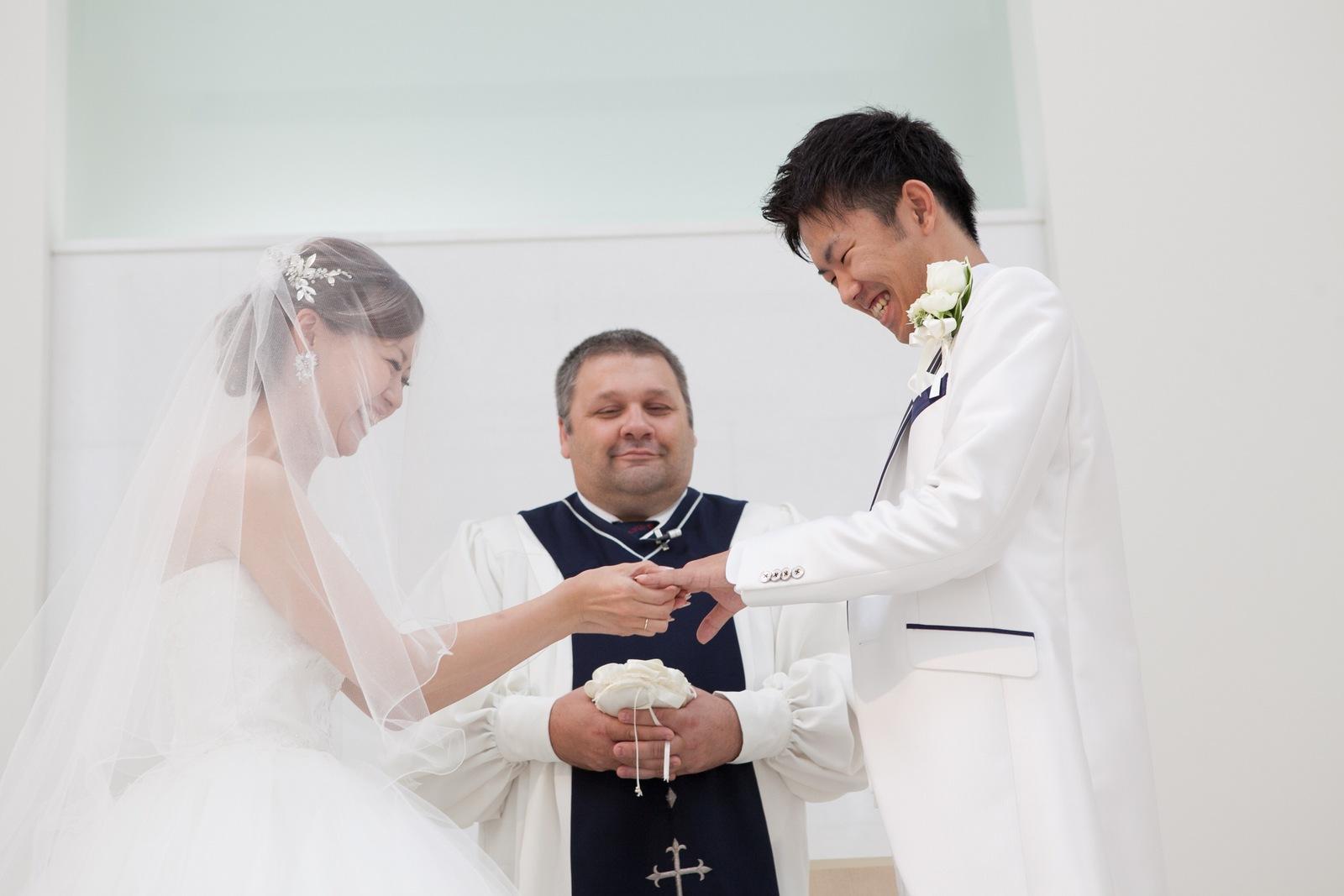 徳島市の結婚式場ブランアンジュでチャペル内での誓いの瞬間