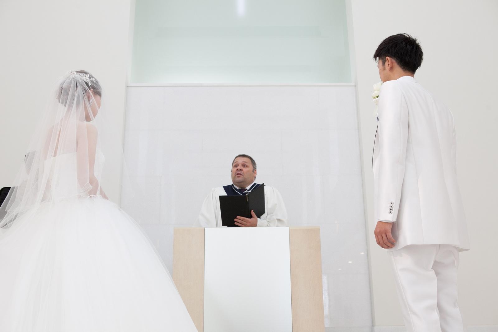 徳島市の結婚式場ブランアンジュでチャペル内での牧師様との誓いの瞬間