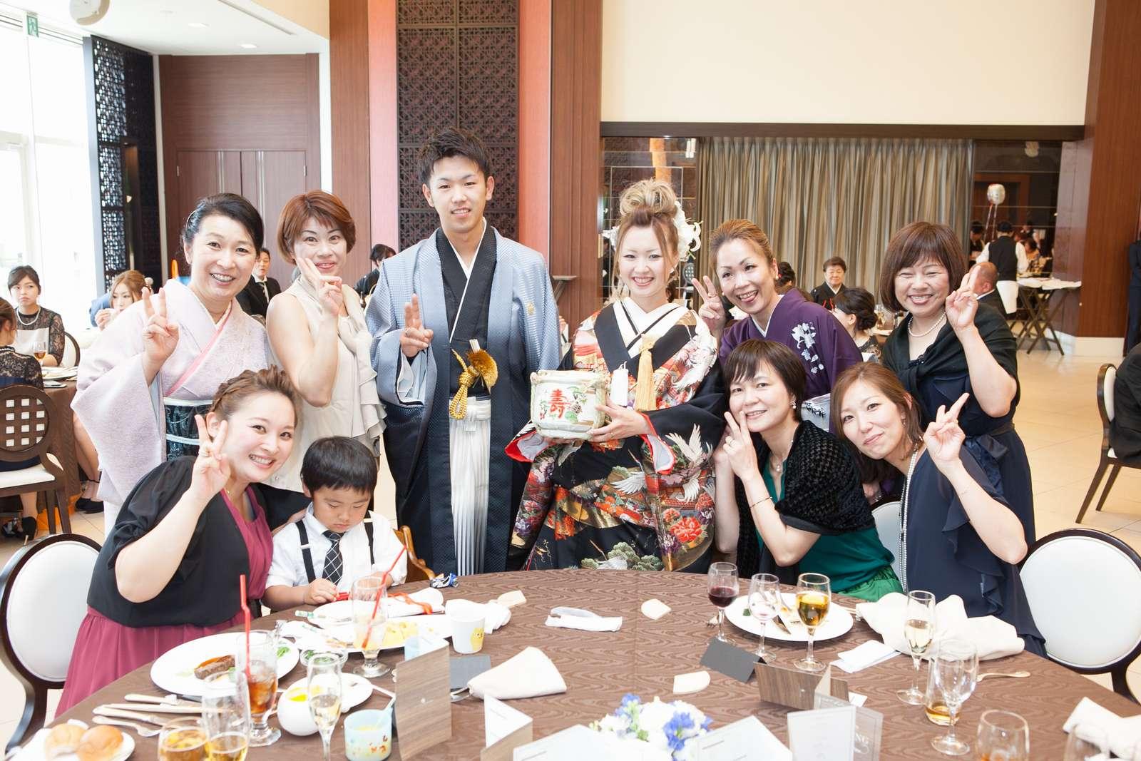 徳島市の結婚式場ブランアンジュでテーブルラウンドでゲストとの記念撮影