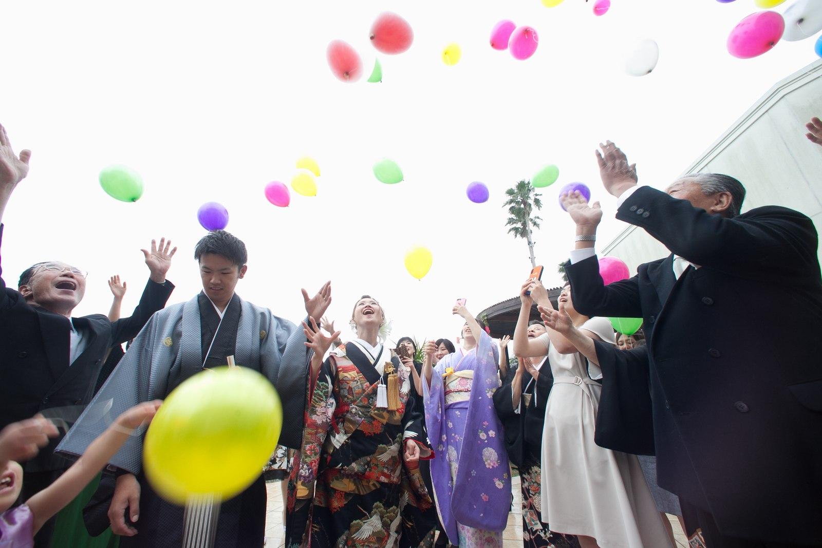 徳島市の結婚式場ブランアンジュで新郎新婦がゲストと共に人気のバルーンリリースの演出
