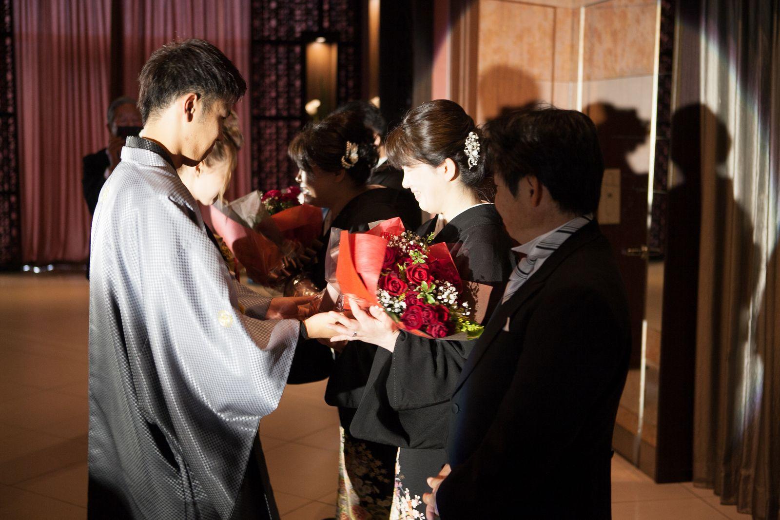 徳島市の結婚式場ブランアンジュで新郎新婦様からご両親様へ感謝を伝える花束贈呈