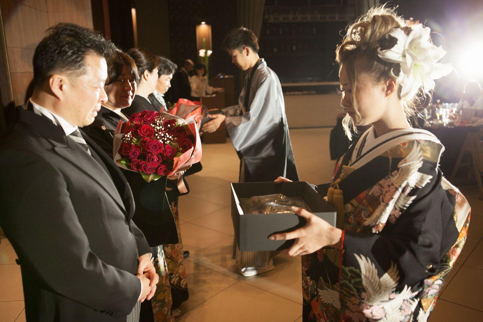 徳島市の結婚式場ブランアンジュで新郎新婦様からご両親様へ感謝のメッセージと共に記念品の贈呈