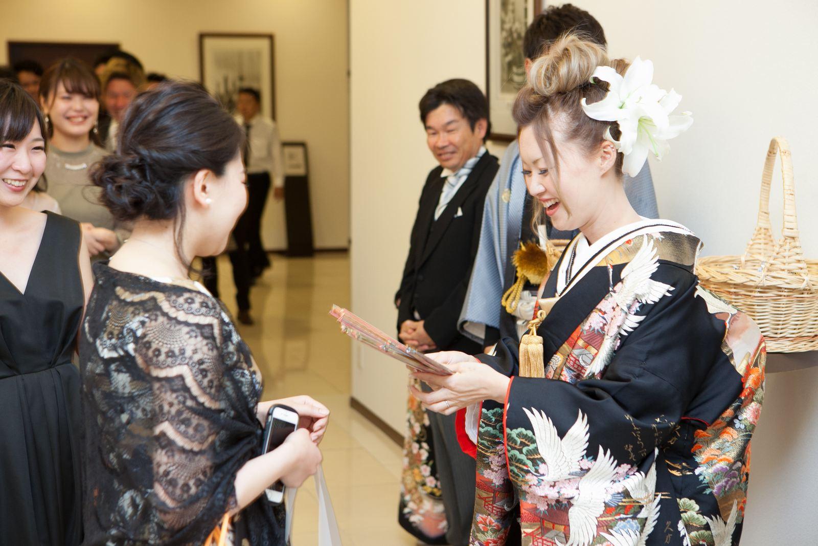 徳島市の結婚式場ブランアンジュで新郎新婦様からゲスト全員に感謝のメッセージと共にプチギフトを手渡し