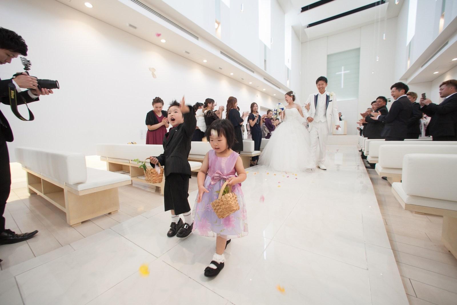 徳島市の結婚式場ブランアンジュでチャペル内でお菓子の登場
