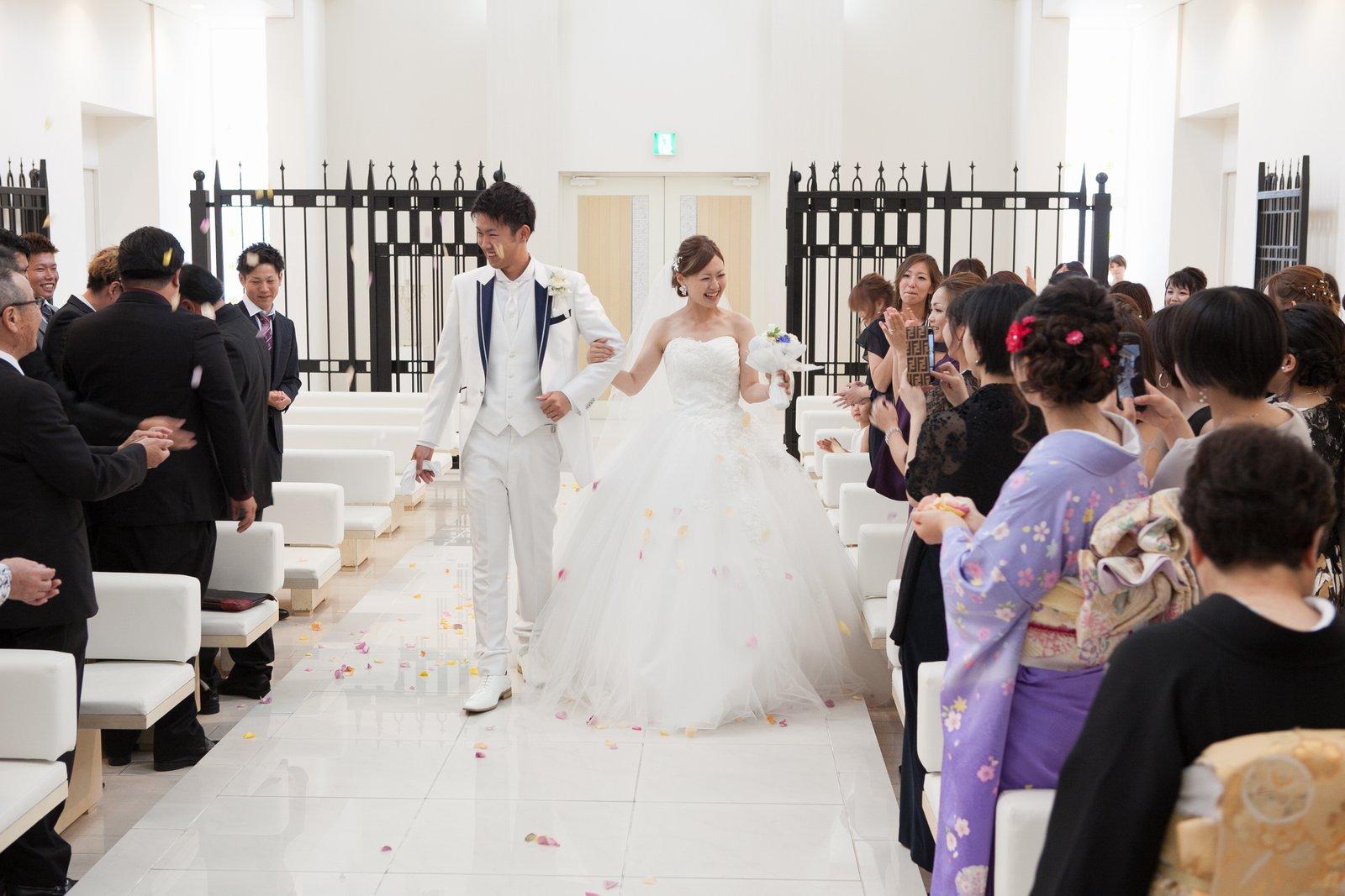 徳島市の結婚式場ブランアンジュでチャペル内でのゲストからの祝福のフラワーシャワー