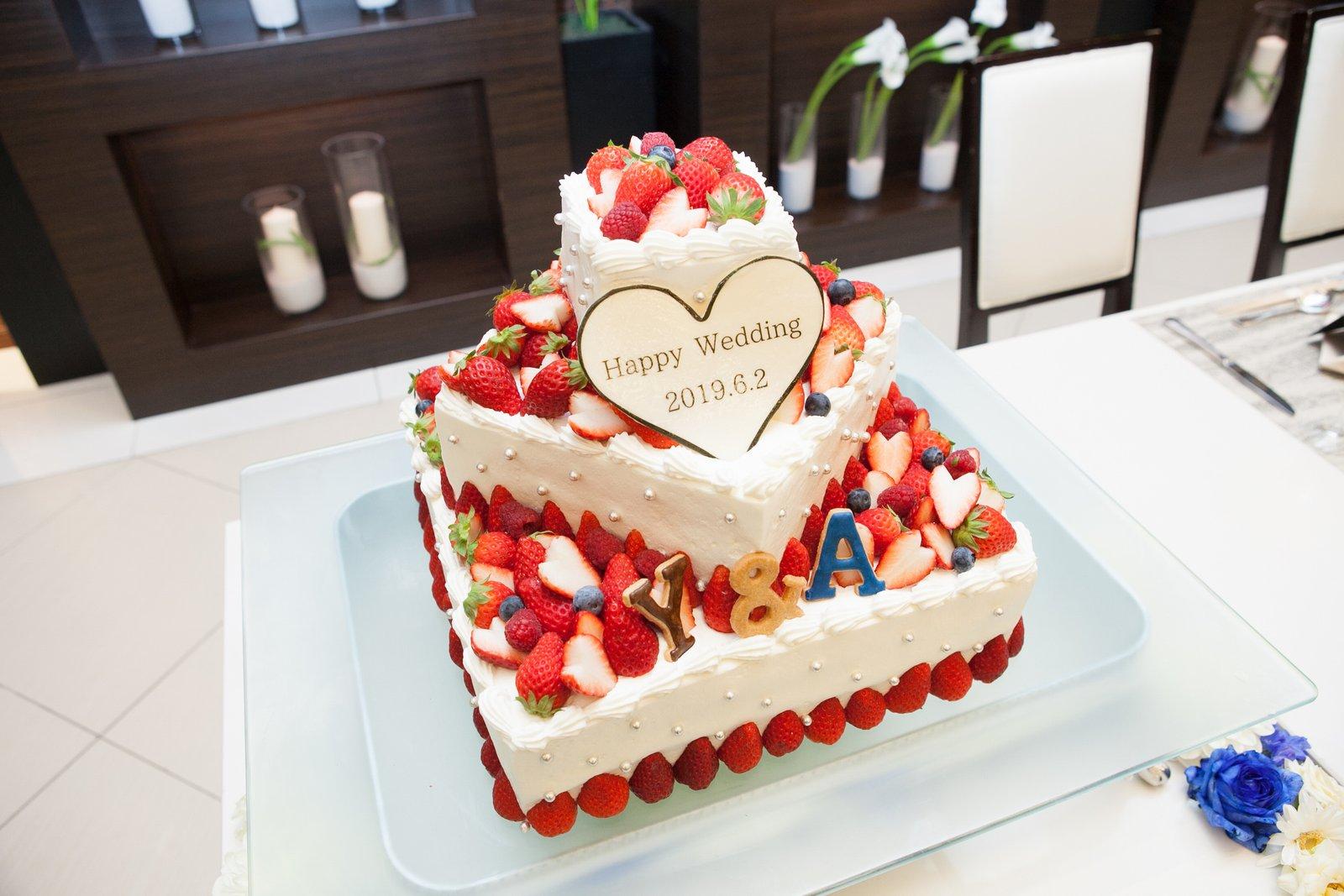 徳島市の結婚式場ブランアンジュで甘い苺のウエディングケーキ