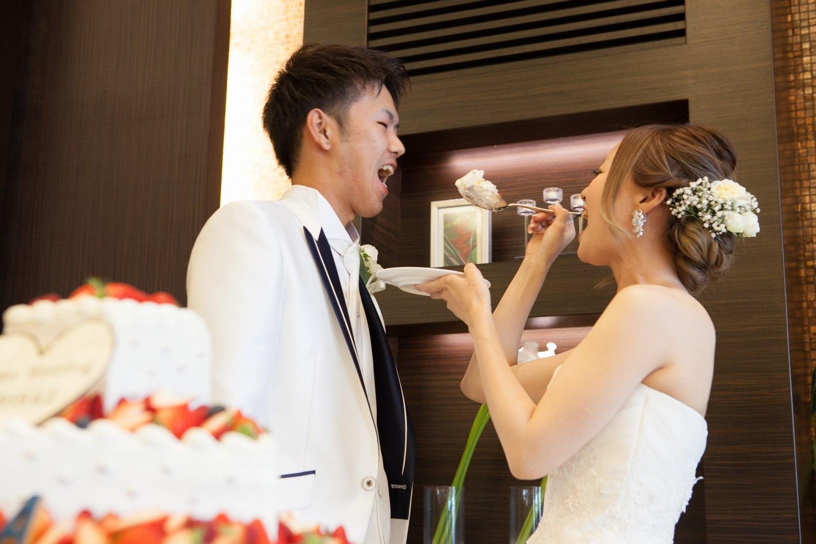 徳島市の結婚式場ブランアンジュで幸せいっぱいのウエディングケーキのファーストバイト