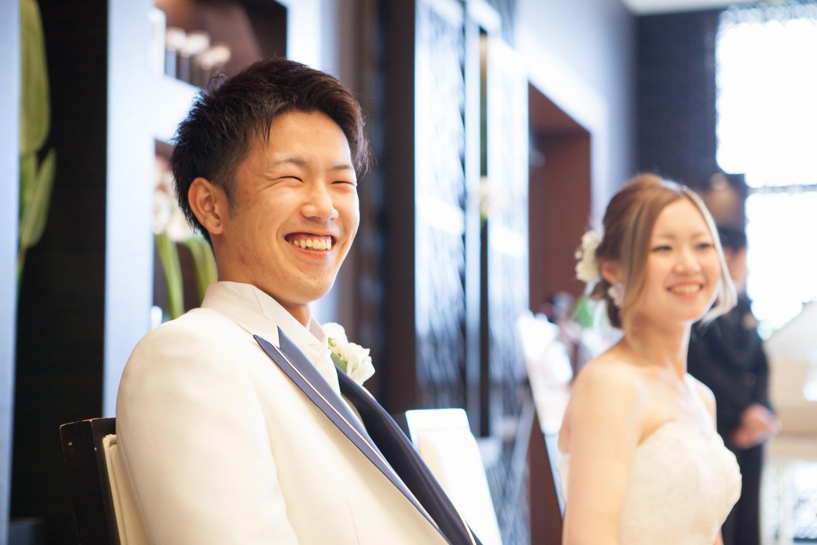 徳島市の結婚式場ブランアンジュでメインテーブルでの新郎新婦様の素敵な笑顔