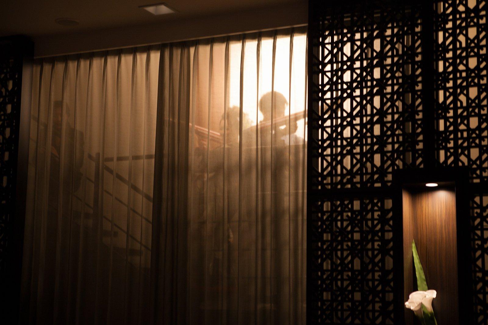 徳島市の結婚式場ブランアンジュでサプライズでの披露宴会場シルエット階段登場