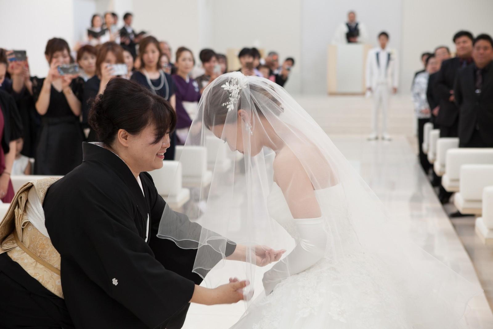 徳島市の結婚式場ブランアンジュで新婦母からのベールダウン